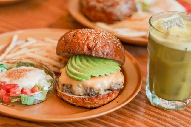【画像】トランプ大統領と安倍首相が食へた「THE BURGER SHOP」の特製チーズバーガーが美味そう