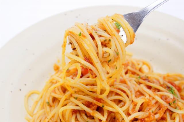 パスタってスプーン使って食べるとめっちゃ楽だし綺麗に食べられるのになんで非常識みたいに見られるの?