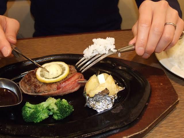 ステーキのライスのこの食べ方批判されてるけど
