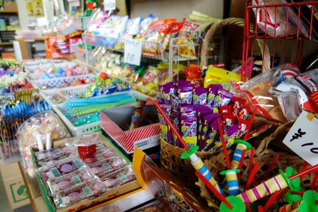 駄菓子屋さん「お菓子たくさんあります、安いです、ブタメンもあります」←こいつが廃れた理由