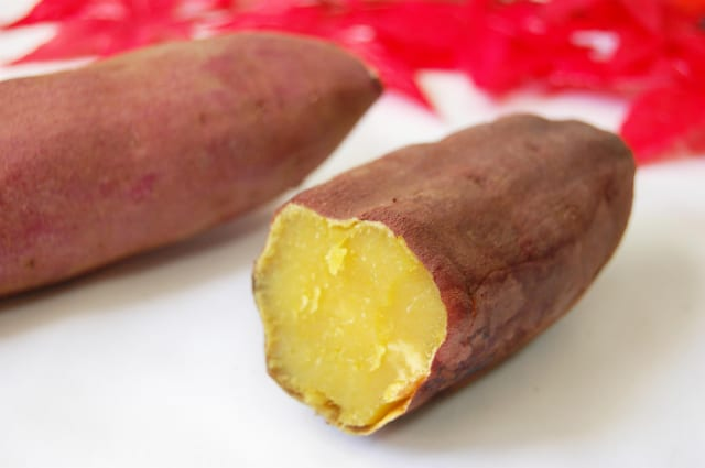 わざわざ石用意して🍠石焼き芋作っているのに芋にアルミ箔巻いてる馬鹿が居てワロタ…