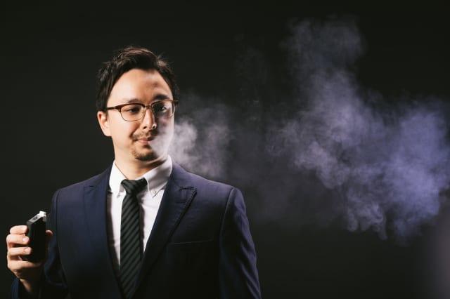 【朗報】iQOS(アイコス)が発売されて7年、無臭で無害なおかげで喫煙者のイメージ向上