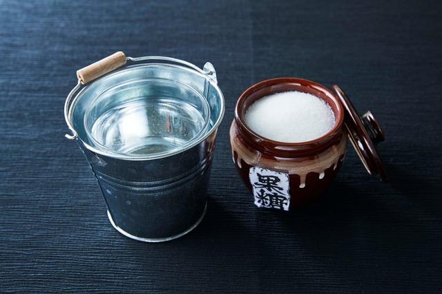 【画像あり】カフェさん、うっかりただの砂糖水をバケツで売る